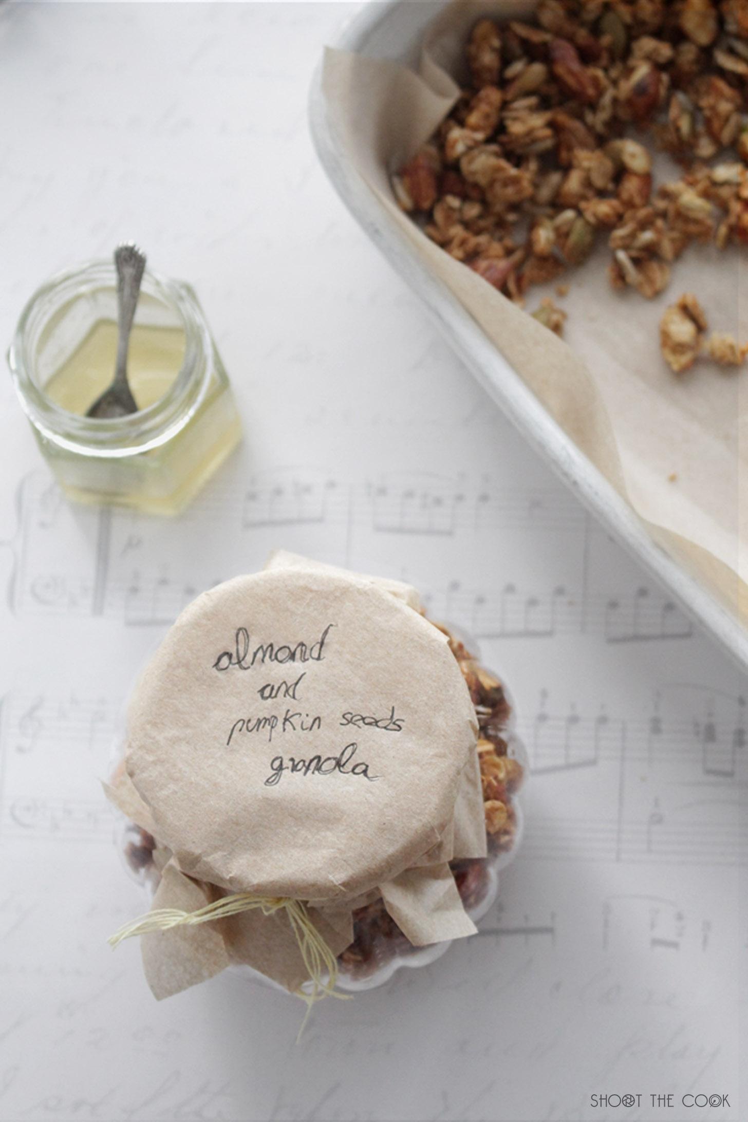 granola casera hecha con solo cuatro ingredientes, fácil y saludable