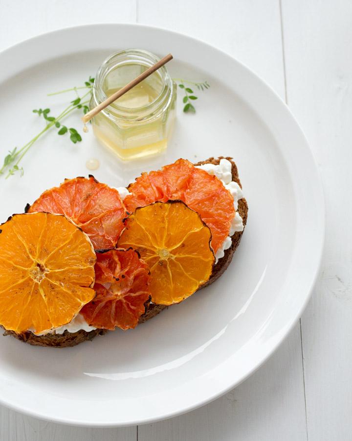 Tostada queso ricotta y naranja
