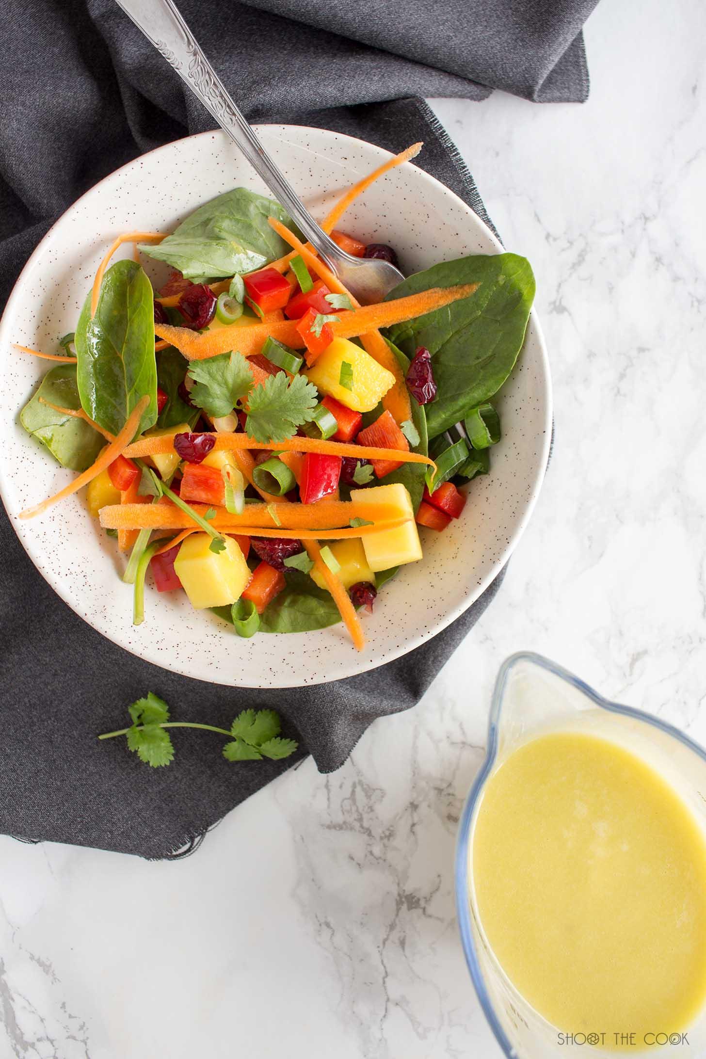 ensalada con mango y espinacas